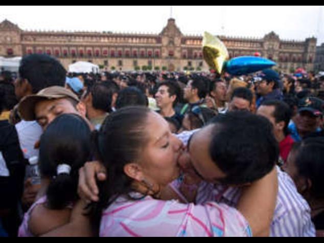 MESSICO: SAN VALENTINO DA RECORD, 40MILA SI BACIANO IN PIAZZA