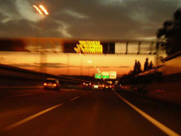 TESTACODA A OLTRE 300 KM/ORA SU A10. DISTRUGGE AUTO MA ILLESO