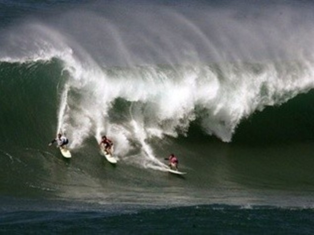 USA: ALLE HAWAII ONDE-RECORD,  GARA ESTREMA TRA SURFISTI