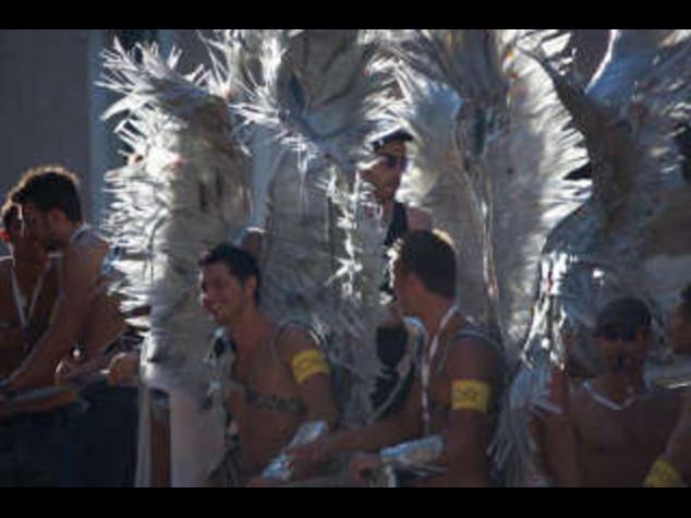 GAY PRIDE: CARRI, COLORI  E MUSICA; IN MIGLIAIA A ROMA