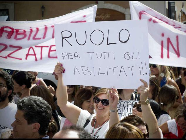 Governo tra i banchi di scuola Renzi contestato dai precari