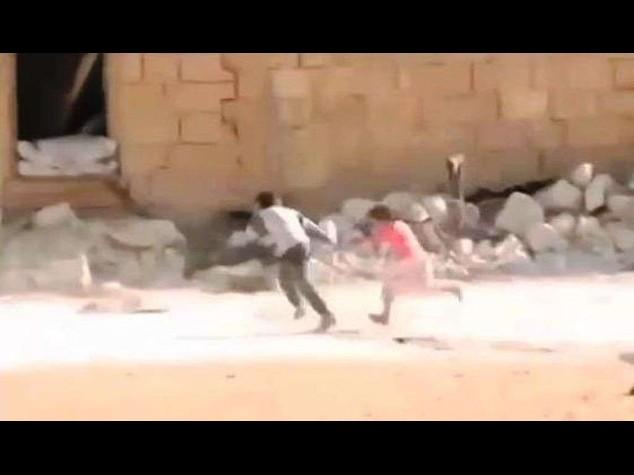 Siria: spopola su web video del bimbo-eroe che salva sorellina dai cecchini, ma e' falso - Video