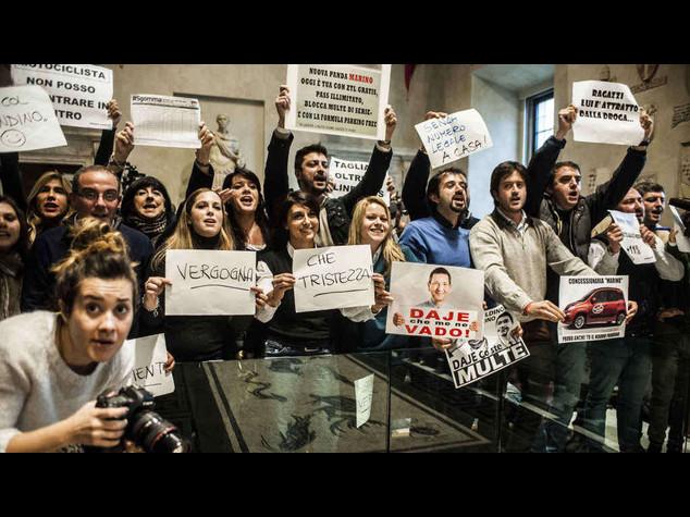 """Marino, pagato multe anche se non dovevo. Proteste in Campidoglio, """"dimissioni"""""""