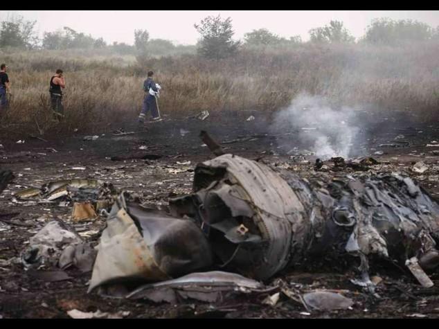 Missile abbatte aereo in Ucraina Usa, tregua per recupero corpi