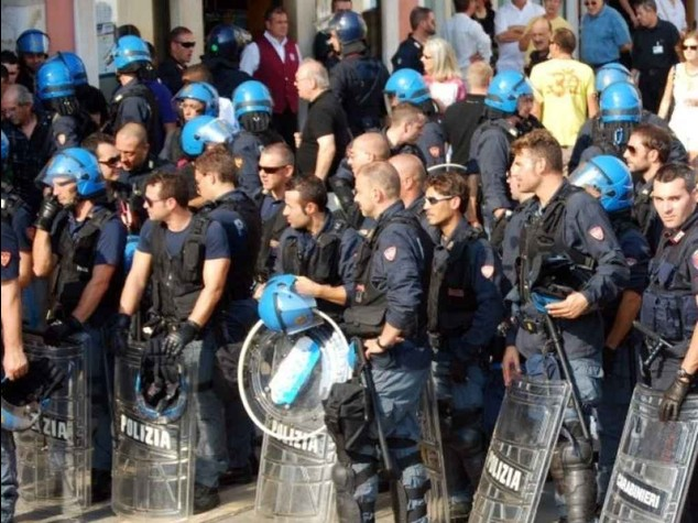 Milano: centri sociali bloccano la strada, ancora tensione