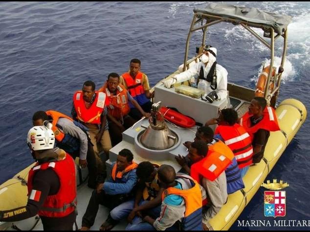 Immigrati: 590 in salvo, si cercano altri dispersi