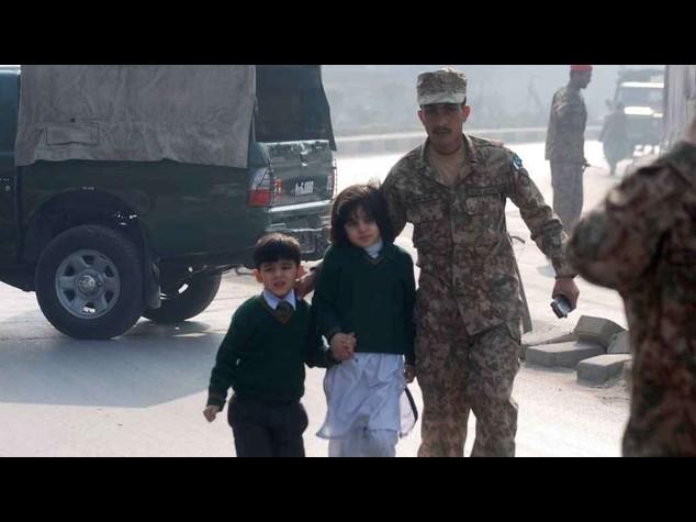 Pakistan: strage studenti scuola militare, 20 i bambini uccisi