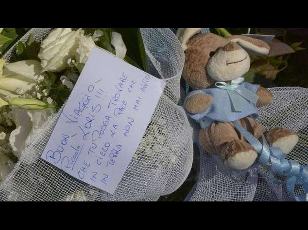 I funerali del piccolo Loris, fiori e pupazzi fuori dalla chiesa