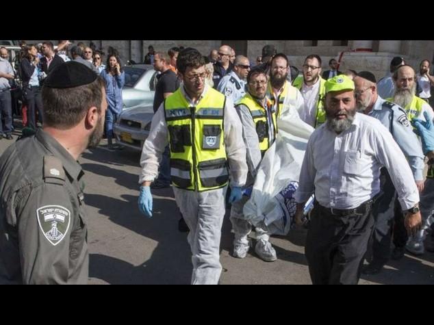 """Attentato Gerusalemme, 4 morti Polizia, """"killer erano lupi solitari"""""""