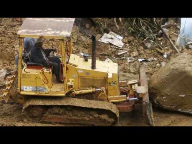 Ubriaco ruba un bulldozer per tornare a casa, e spacca tutto