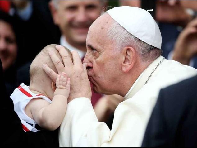 """Il Papa in Albania, """"gli estremisti travisano la fede. Non si uccide in nome di Dio"""""""