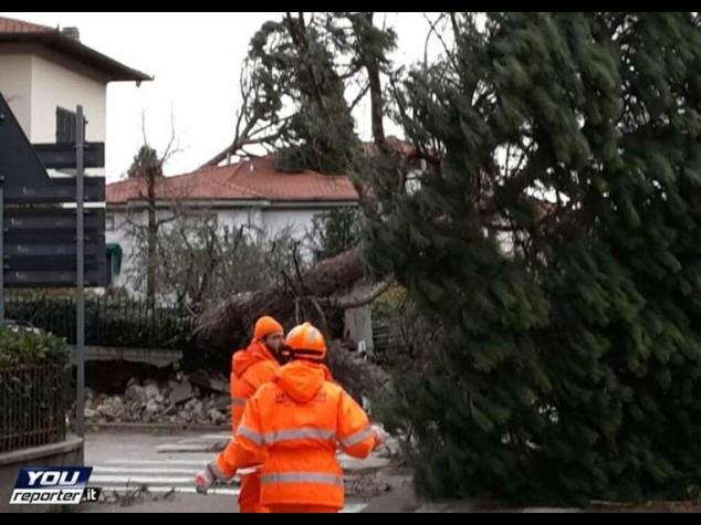 Maltempo: vento a 150km/ora in Toscana, pioggia in Abruzzo e Lazio, neve nelle Marche