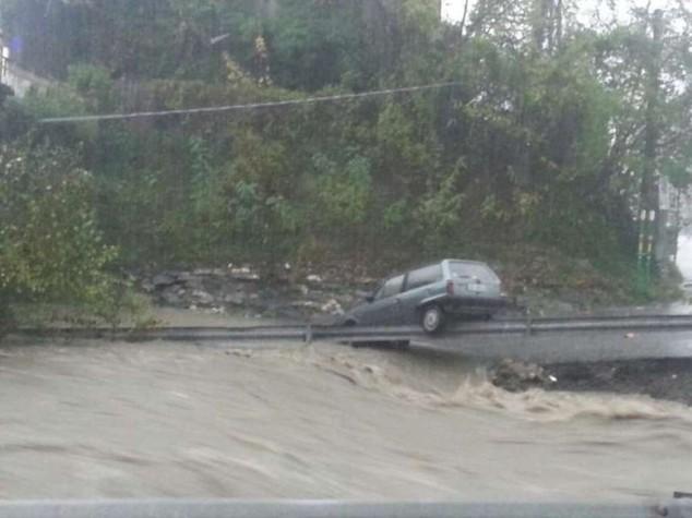 Nubifragi, frane e alluvioni  Liguria in ginocchio, un morto