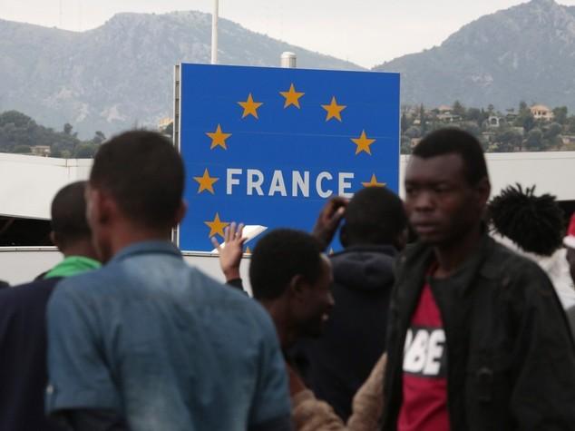 """Migranti: scontro Roma-Parigi, Renzi """"Pronti a fare da soli"""""""