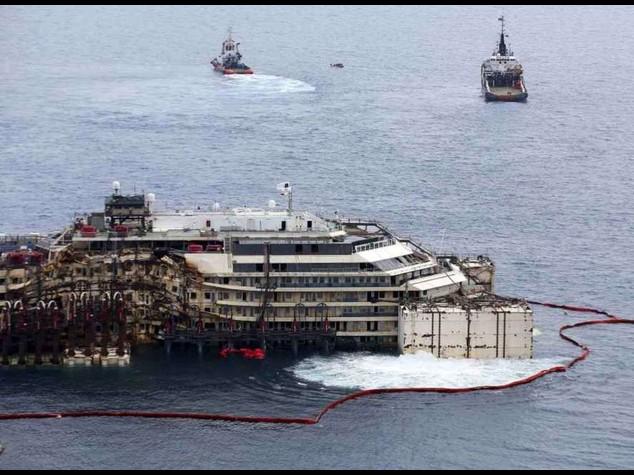 La Concordia e' tornata a galla Spostata di 30 metri - Diretta