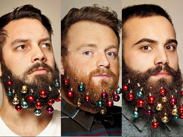 Tra hipster spopola moda palle di Natale attaccate alla barba