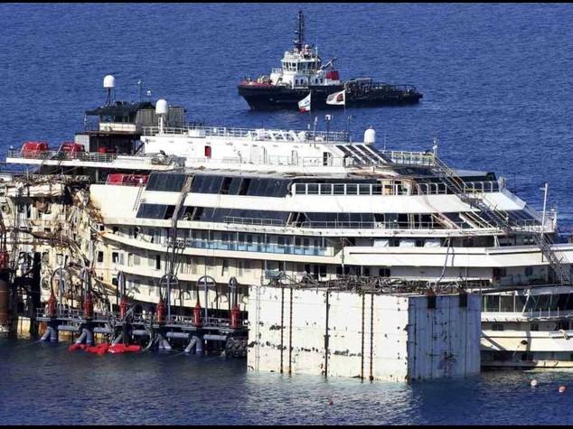 La Costa Concordia 'rigalleggia'  Sollevata da piattaforma - Diretta