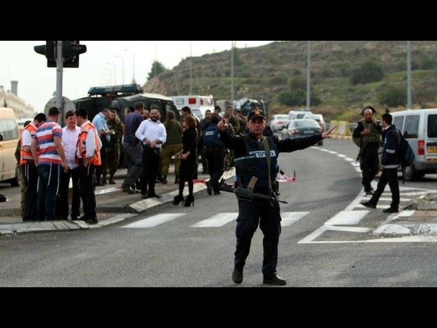 Palestinese fa autostop, lancia acido contro bimbe israeliane