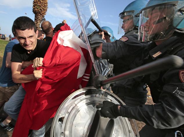 Migranti, tensione a Ventimiglia Iniziato lo sgombero dagli scogli