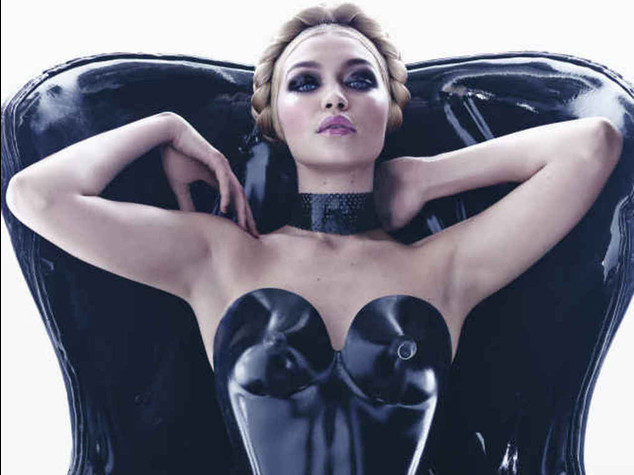 Nel calendario Pirelli fetish anche una modella curvy - Foto e Video