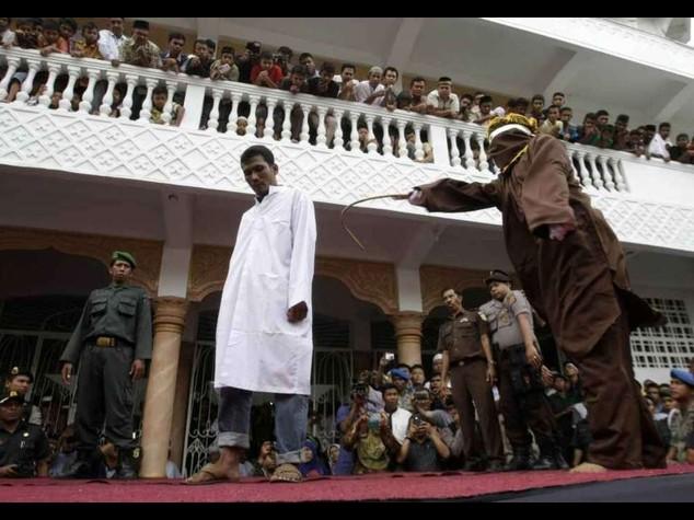 Indonesia: rafforzata la 'sharia', 100 frustate ai gay