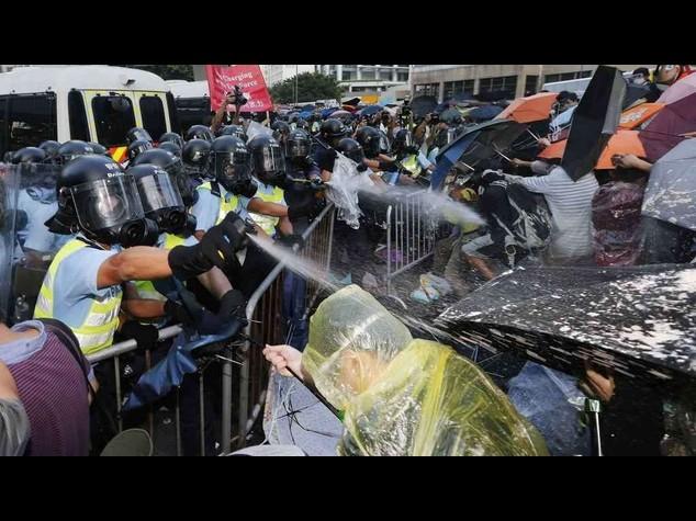 Cina: Hong Kong, gas lacrimogeni polizia su manifestanti - Video