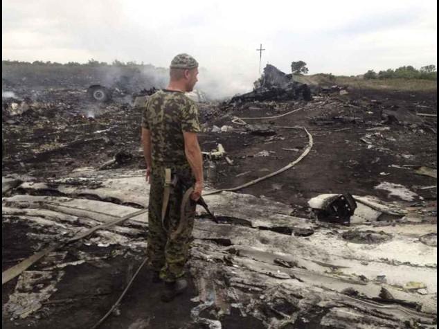 """Aereo cade fra Ucraina e Russia """"Abbattuto da un missile"""""""