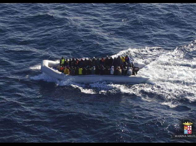 Nuovo naufragio con 10 morti  In 24 ore salvati 941 immigrati