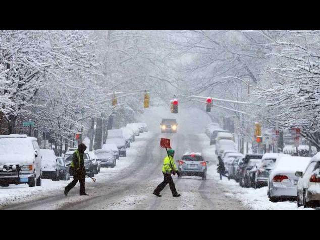Stati Uniti sotto la neve, centinaia auto bloccate e 4. 000 voli cancellati