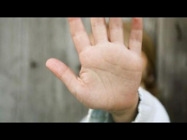 Choc a Napoli: 12enne al freddo e torturato con scariche elettriche dal padre