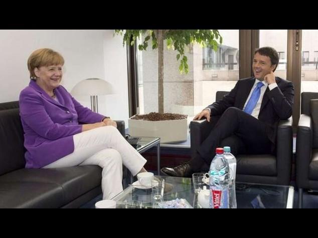 """Renzi: """"con Merkel rapporto ottimo"""", e il Pd si divide sulle riforme"""