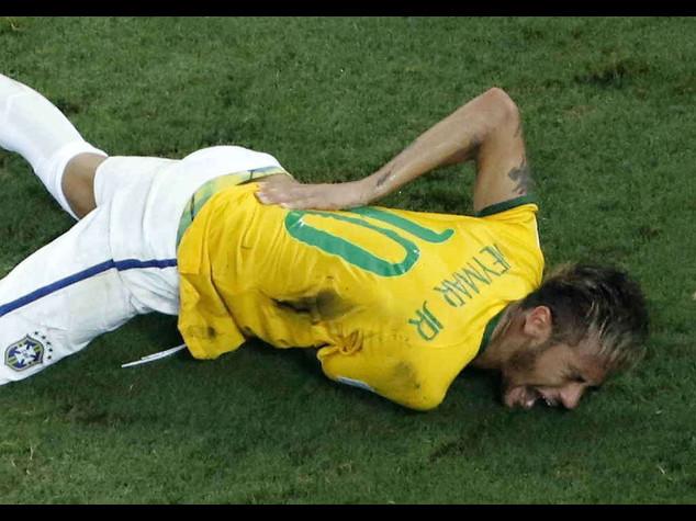 Brasile sotto choc, per Neymar Mondiale finito: vertebra rotta