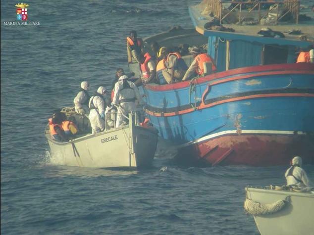 Migranti: stragi senza fine, barcone con 18 morti nella stiva