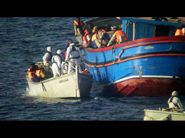 Naufragio di immigrati provoca 5 morti, 1.771 salvi in poche ore