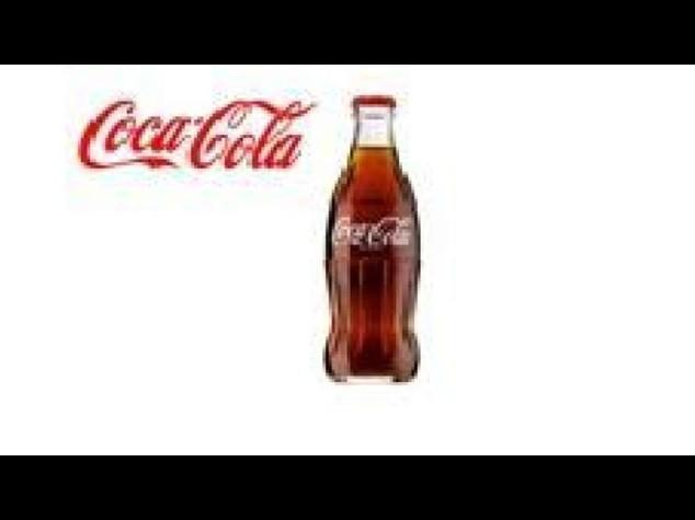 Coca Cola: iconica bottiglia compie 100 anni, diventa pezzo museo
