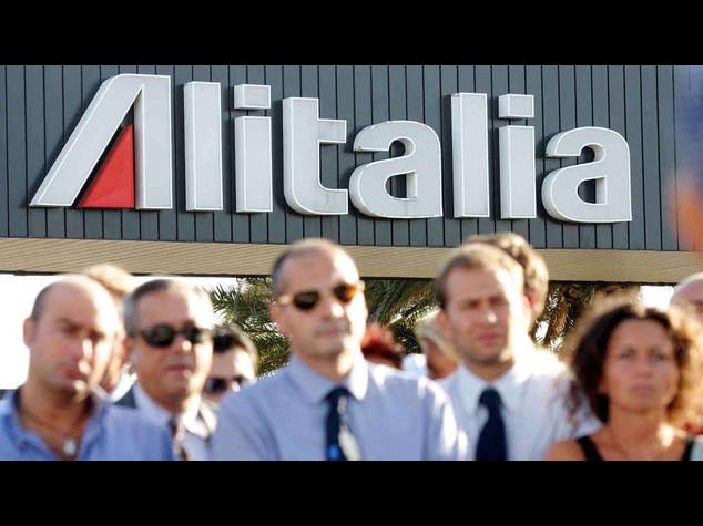 Alitalia: piloti e assistenti volo, serve voto su contratto