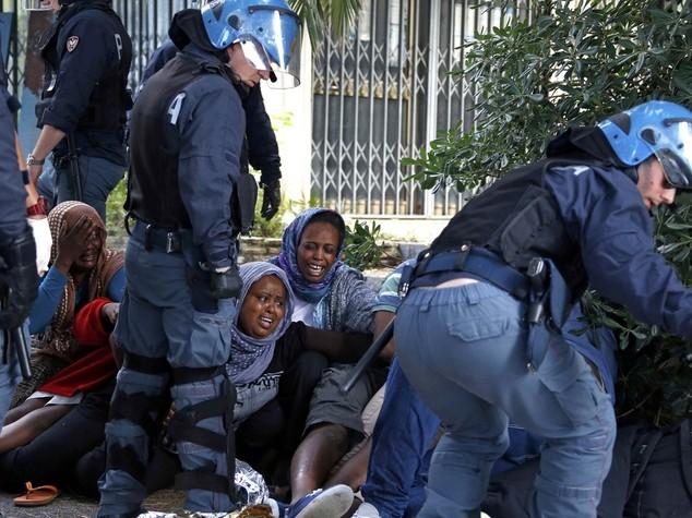 Immigrati: intesa Ue su quote vincolanti, sgomberi a Ventimiglia