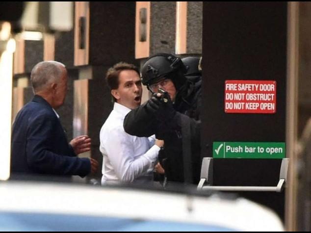Paura a Sidney, ostaggi in un bar Terrorista issa bandiera islamica