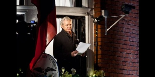 """I 4 anni da """"recluso"""" di Assange"""