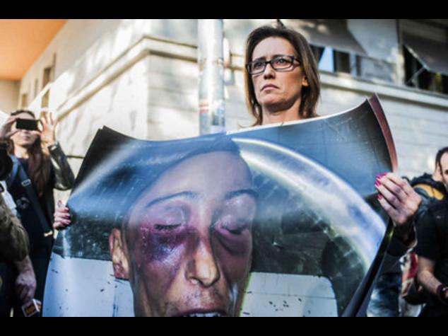 Cucchi: Ilaria posta sul web foto di uno degli indagati