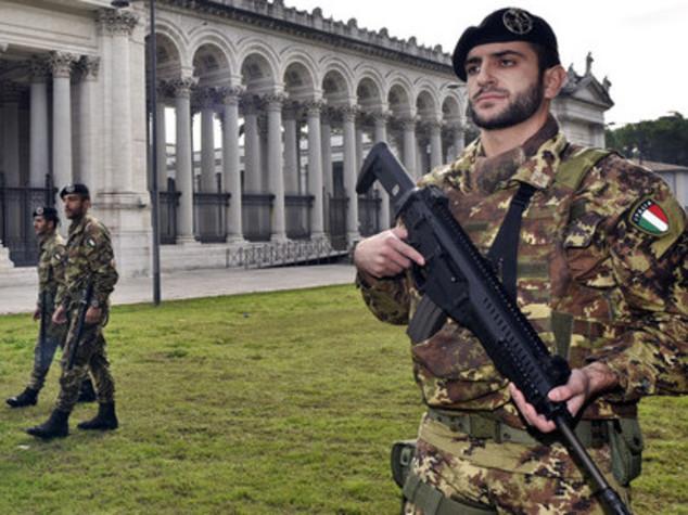 Inneggiano ad Allah e aggrediscono due militari