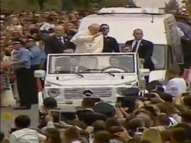 """Papa in Albania: """"e' un esempio"""" """"Dio non e' scusa per la violenza"""""""