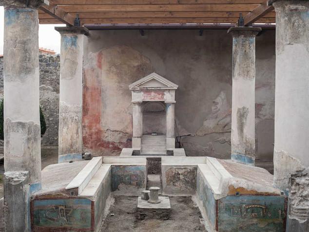 Pompei, turista 'gioca' con pezzo marmo e danneggia domus