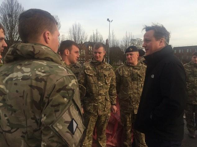 Cameron visita York sommersa dall'acqua e respinge critiche