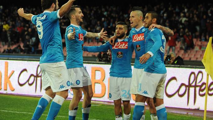 Napoli, poker servito alla Samp. Inter frena