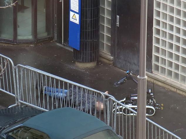 Parigi, ucciso uomo con finta cintura esplosiva