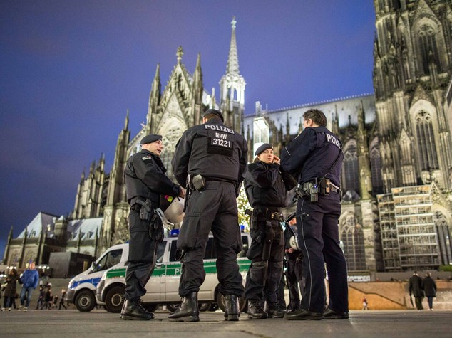 Colonia, è caccia all'immigrato