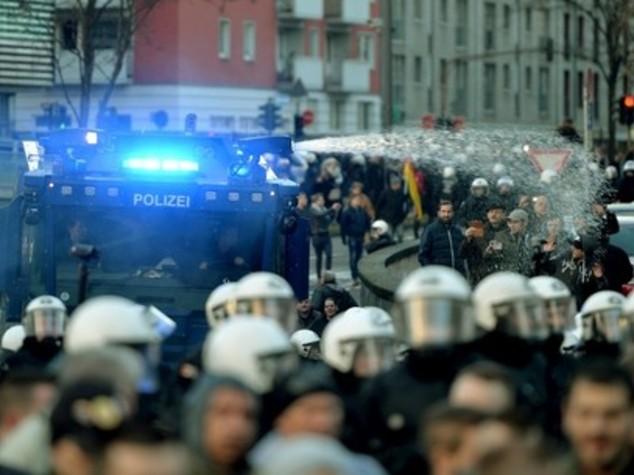Scontri e caos a Colonia