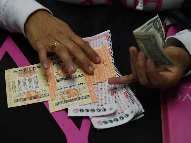 Usa, tre biglietti vincenti per il super jackpot da 1,6 miliardi