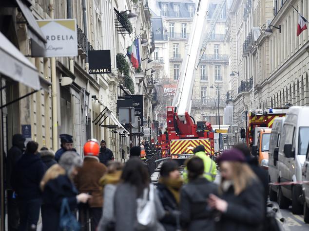 Parigi, brucia l'hotel Ritz